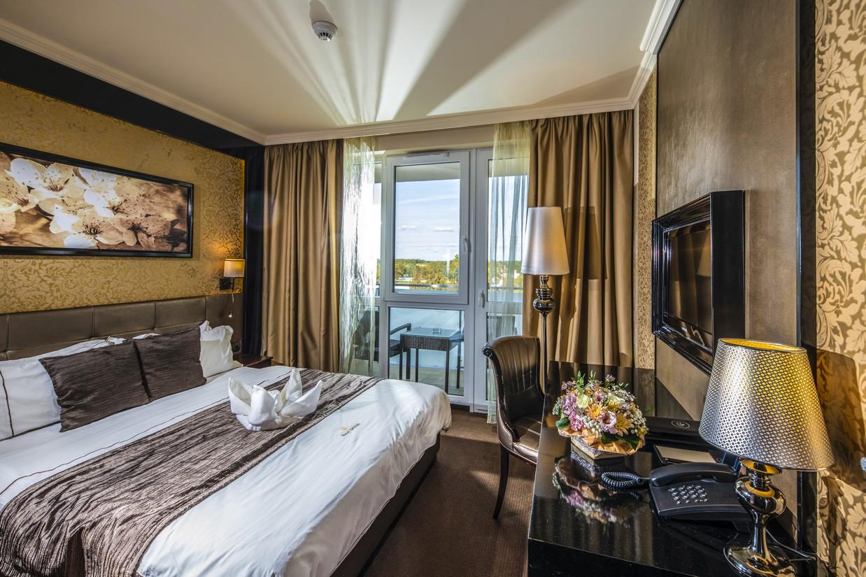 Classic-erkelyes-szoba-agy-HotelDelibab