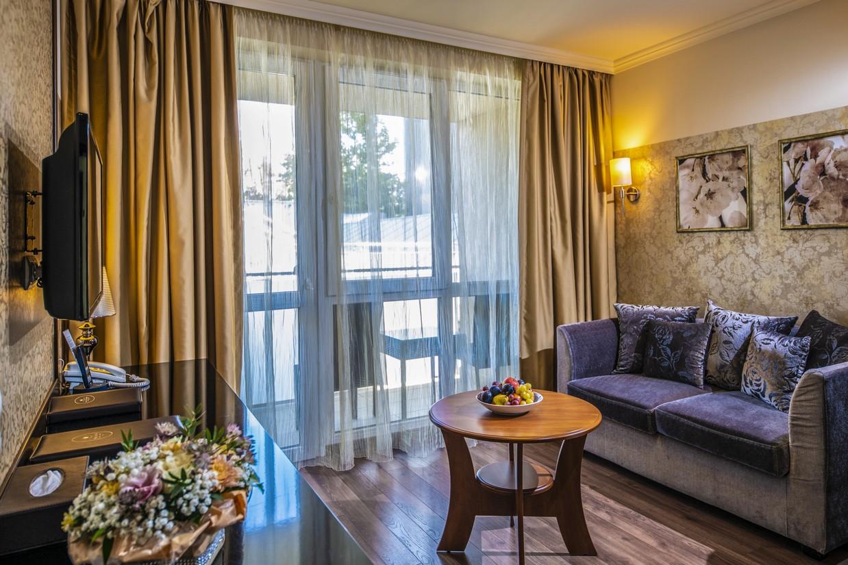 Junior-lakosztaly-nappali-HotelDelibab